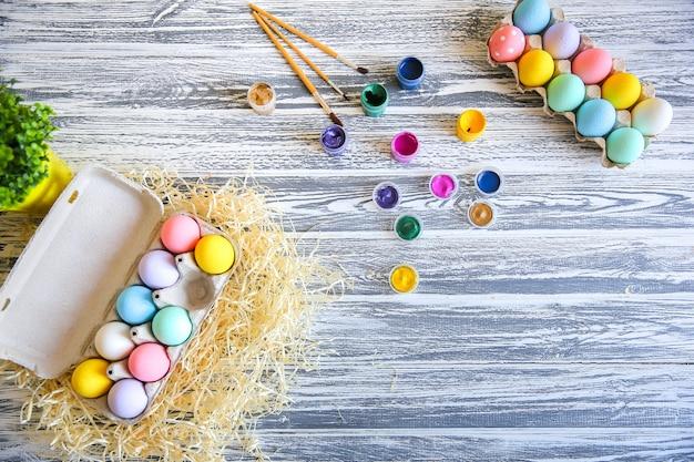 Gelukkig pasen. achtergrond met kleurrijke eieren in mand. tafel versieren voor vakantie. bovenaanzicht