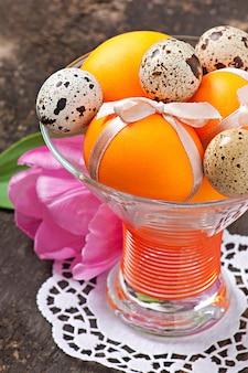 Gelukkig pasen. bloemen en kleurrijke eieren