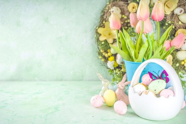 Gelukkig pasen-concept met paaseieren in mand en lentebloemen. pasen achtergrond met kopie ruimte en fotolijst