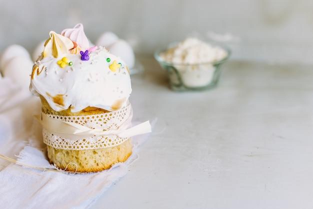 Gelukkig pasen. felicitatie pasen achtergrond. zoete pasen-cake op een lichtgrijze achtergrond