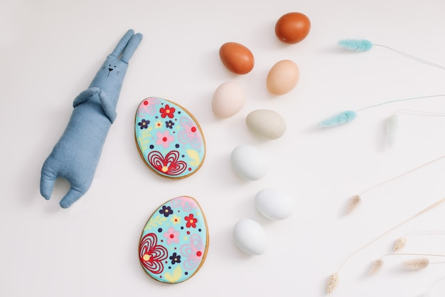 Gelukkig pasen-het konijnstuk speelgoed van het concepten grappig handgemaakt konijntjes en kippeneieren
