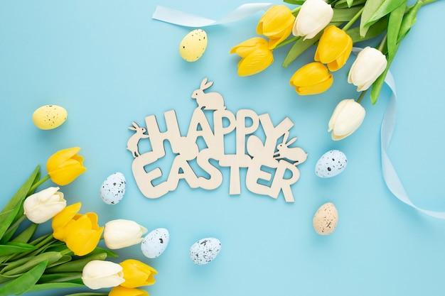 Gelukkig pasen houten bord met eieren en bloemen