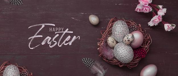 Gelukkig pasen inscriptie met nest en eieren op houten met roze bloesem bloemen plat leggen. groet happy easter banner