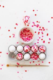 Gelukkig pasen. paaseieren decoratie roze papieren confetti.