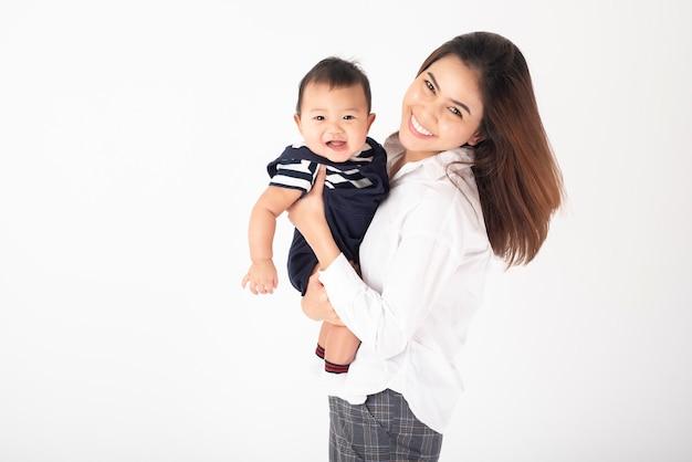 Gelukkig pasgeboren schattige baby en mooie moeder in de studio