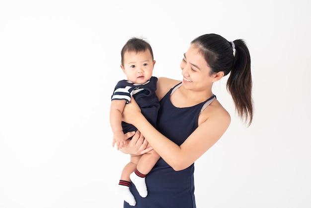 Gelukkig pasgeboren schattige baby en mooie moeder