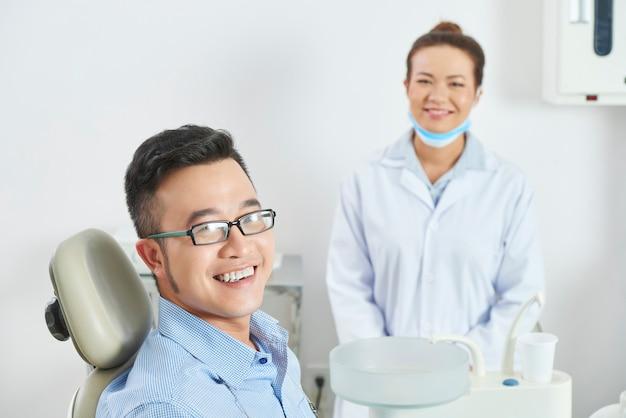 Gelukkig patiënt na tandheelkundige behandeling