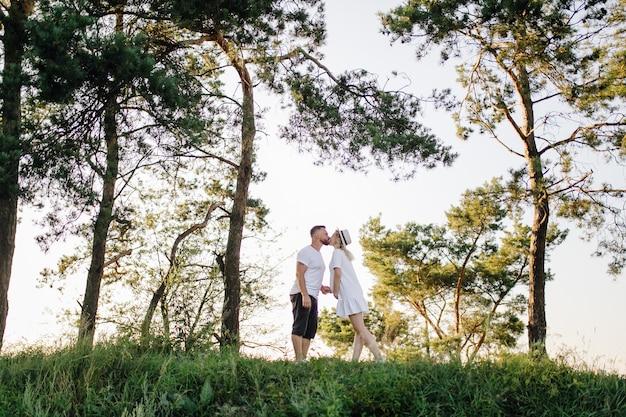 Gelukkig portret van een liefdevol paar op een wandeling in het park op een zonnige dag.