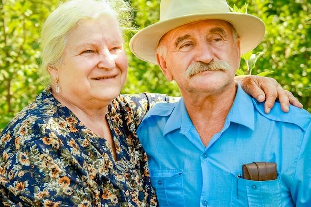 Gelukkig portret van een ouder echtpaar op de natuur