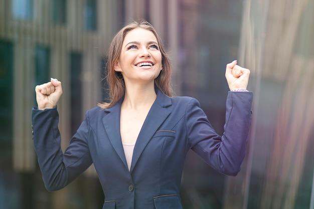 Gelukkig positieve succesvolle mooie student, vrolijke zakenvrouw
