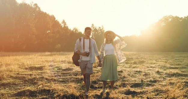Gelukkig reispaar die samen ontspannen. gelukkige minnaars op huwelijksreis