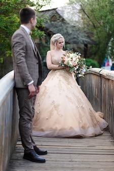 Gelukkig romantisch jong koppel dat hun huwelijk viert