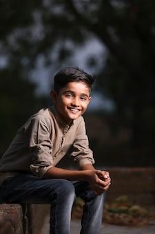 Gelukkig schattig indisch / aziatisch kind