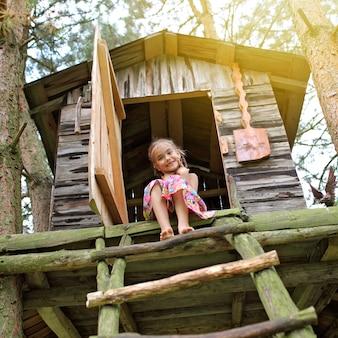 Gelukkig schattig kind spelen in de boomhut