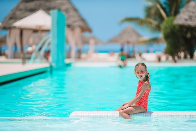 Gelukkig schattig meisje in buitenzwembad