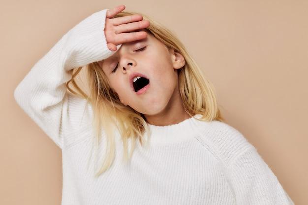 Gelukkig schattig meisje in een trui grimassen bijgesneden weergave