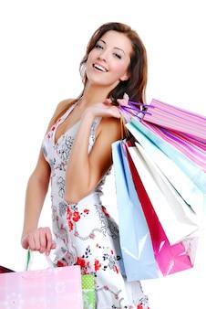 Gelukkig schattige jonge vrouw winkelen met kleur zakken - geïsoleerd op wit