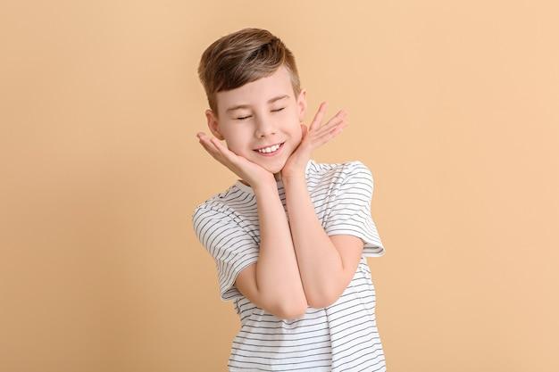 Gelukkig schattige jongen op kleur