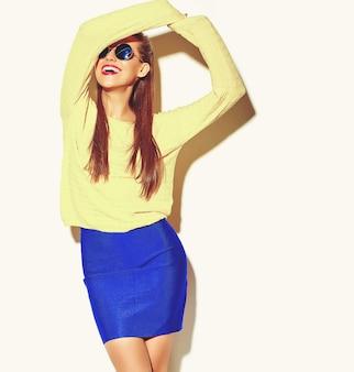 Gelukkig schattige lachende dansende brunette vrouw meisje in casual kleurrijke hipster gele zomer kleding met rode lippen op wit wordt geïsoleerd