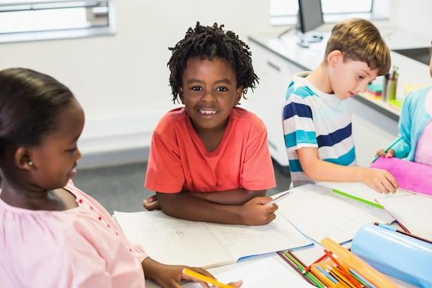 Gelukkig schooljongen in de klas
