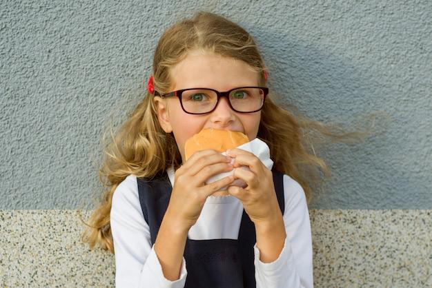 Gelukkig schoolkind met lunch.