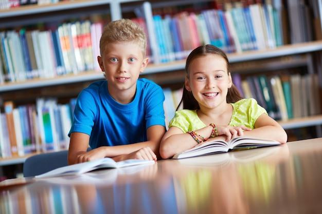 Gelukkig schoolkinderen in de bibliotheek