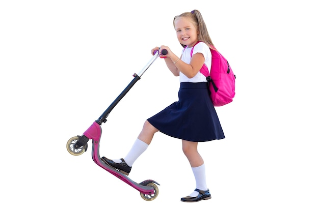 Gelukkig schoolmeisje op een scooter met een rugzak. isoleren