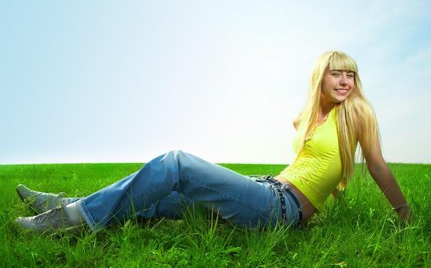 Gelukkig schoonheid jonge vrouw springen in het veld met groen gras