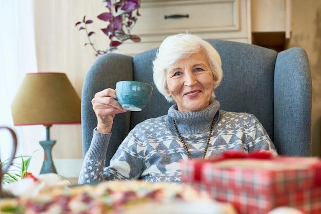 Gelukkig senior dame genieten van kerstdiner