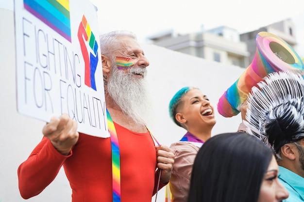Gelukkig senior homoseksuele man met banner op pride lgbt festival