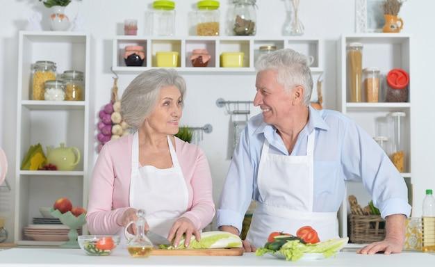 Gelukkig senior man en vrouw in de keuken