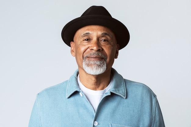 Gelukkig senior man met een zwarte hoed