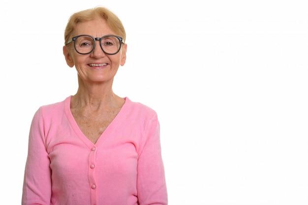Gelukkig senior nerd vrouw die lacht terwijl het dragen van geeky bril