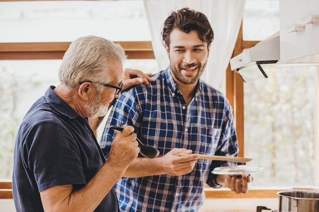 Gelukkig senior oudere man genieten van koken met familie in de keuken voor thuisblijven vrijetijdsbesteding en levensstijl van mensen.