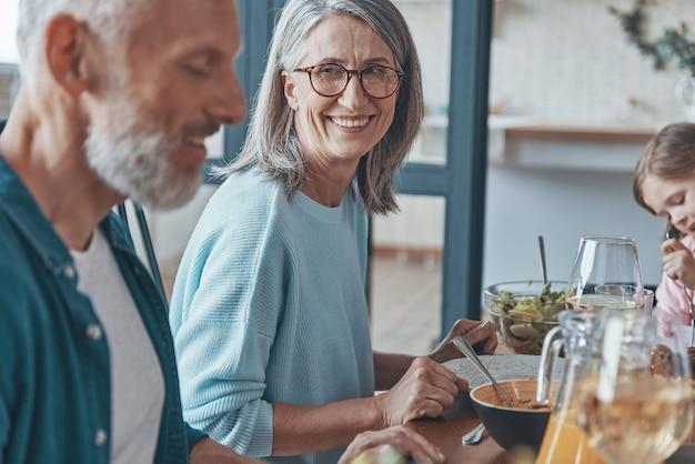 Gelukkig senior paar communiceren en glimlachen terwijl ze samen dineren Premium Foto