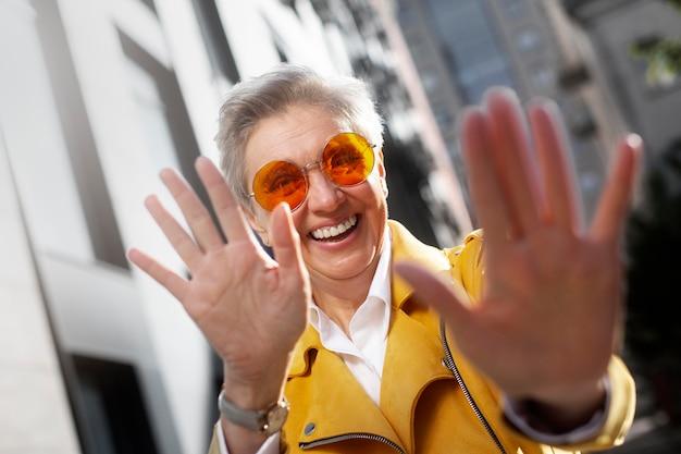 Gelukkig senior persoon die voor de gek houdt?