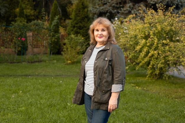 Gelukkig senior rijpe vrouw op een wandeling in de zomer van de natuur