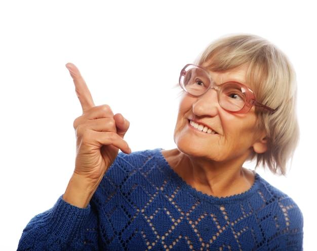 Gelukkig senior vrouw naar boven geïsoleerd op een witte achtergrond