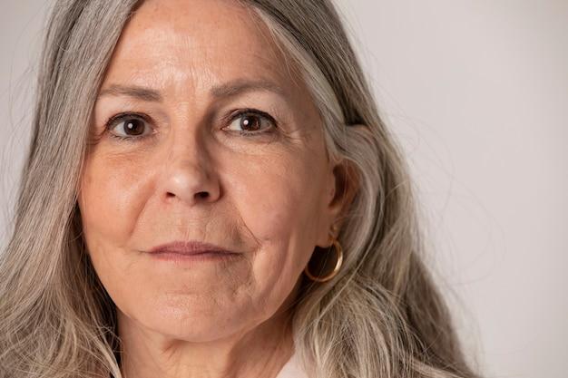 Gelukkig senior vrouw portret in een studio shoot