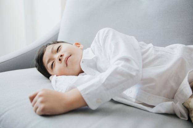 Gelukkig slapengaan kind slapen op de sofa