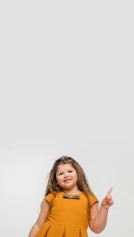 Gelukkig, smiley klein kaukasisch meisje dat op achtergrond met copyspace wordt geïsoleerd