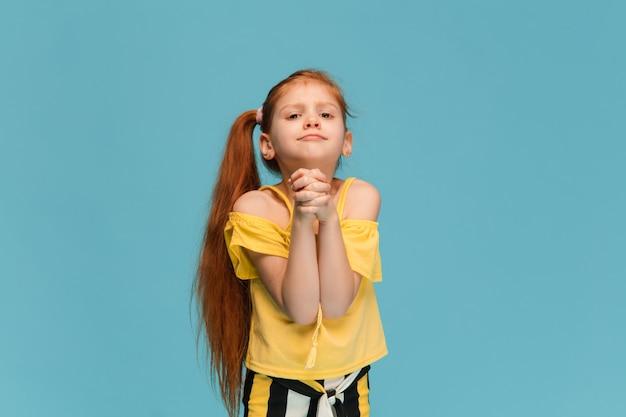 Gelukkig, smiley klein kaukasisch meisje op studio