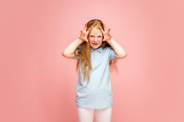 Gelukkig, smiley redhair meisje geïsoleerd op achtergrond met copyspace
