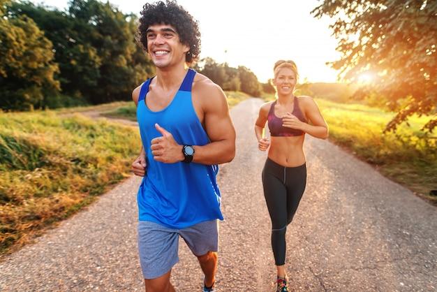 Gelukkig sportief paar dat voor marathon in de aard voorbereidingen treft. zonnige zomerdag.