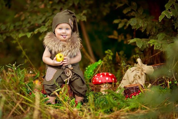 Gelukkig sprookjesbaby kabouterjongen spelen en wandelen in het bos