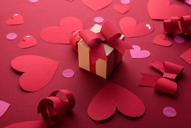 Gelukkig st. valentijnsdag concept met ambachtelijke papier geschenkdoos, rode papieren harten