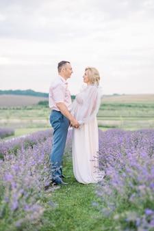 Gelukkig stel van middelbare leeftijd in een veld met paarse lavendel