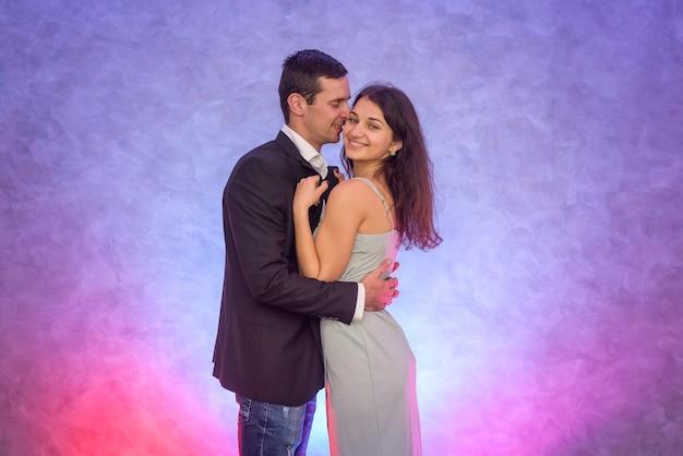 Gelukkig stel. vrouw die haar echtgenoot kust. liefde en tederheid. fijne valentijnsdag