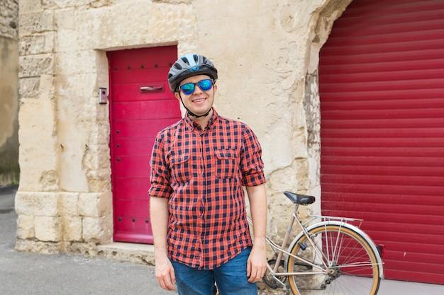 Gelukkig student met helm en zonnebril in de straat