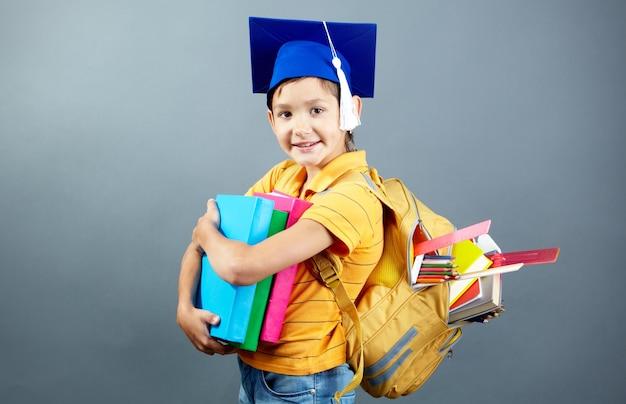 Gelukkig student met zijn rugzak en boeken